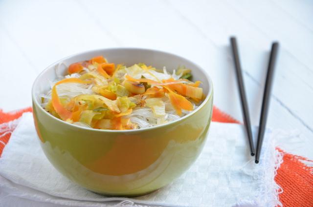 Fideos celofán con puerro y zanahoria