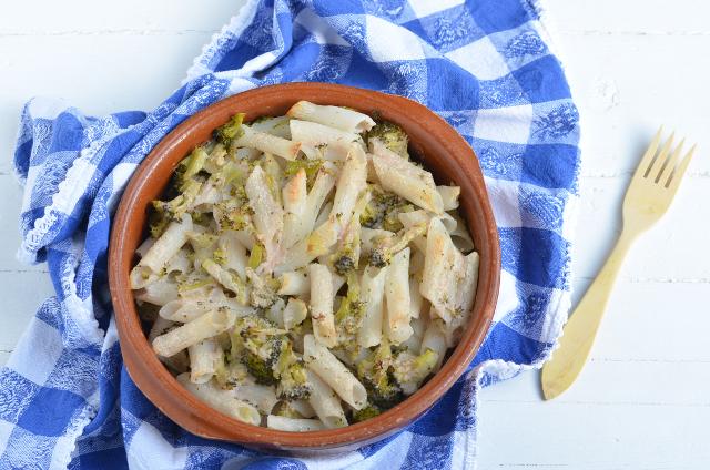 Macarrones de arroz gratinados con brócoli