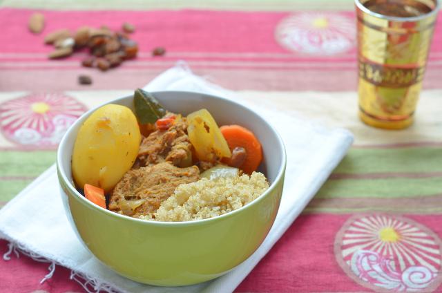 Escalopines guisados bereber con quinoa aliñada