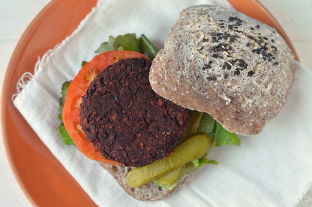 Hamburguesa de alubia negra y remolacha